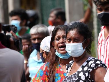 Kerabat para tahanan berkumpul di luar Penjara Mahara di pinggiran Kolombo, Sri Lanka, pada 30 November 2020. Jumlah korban tewas dalam percobaan kabur dari penjara dengan keamanan maksimum di Mahara itu bertambah menjadi delapan orang, sementara 45 lainnya mengalami luka-luka. (Xinhua/Ajith Perera)