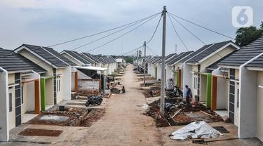 Aktivitas pekerja saat menyelesaikan pembangunan rumah subsidi di Klapanunggal, Kabupaten Bogor, Jawa Barat, Rabu (16/6/2021). Kementerian Pekerjaan Umum dan Perumahan Rakyat (PUPR) menargetkan 380.376 unit bantuan pembiayaan perumahan subsidi pada Tahun Anggaran 2021. (merdeka.com/Iqbal S. Nugroho)