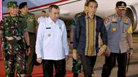 Presiden Joko Widodo didampingi Gubernur Riau Syamsuar ketika mendarat di Pekanbaru untuk memantau Karhutla dan kabut asap. (Liputan6.com/Istimewa/M Syukur)