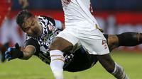 Kiper Persija Andritany Berusaha Mencegah pemain PSM melewatinya di Piala Menpora 2021 (Bola.com/Arief Bagus)