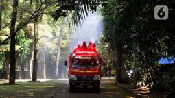 Petugas pemadam kebakaran Sudin Jaksel melakukan penyemprotan disinfektan di Kebun Bintang Ragunan, Jakarta, Rabu (17/6/2020). Penyemprotan dilakukan jelang pembukaan kembali Kebun Binatang Ragunan untuk umum pada 20 Juni mendatang. (merdeka.com/Arie Basuki)
