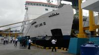 Kondisi Kapal Port Link usai menabrak Dermaga III Pelabuhan Merak. (Liputan6.com/Yandhi Deslatama)