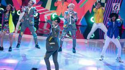 Aksi boyband Korea, GTI saat berkolaborasi dengan pedangdut Siti Badriah dalam acara Indonesian Dangdut Awards 2018 di Studio 5 Indosiar, Jakarta, Jumat (12/10). Mereka membawakan lagu Lagi Syantik. (Liputan6.com/Faizal Fanani)