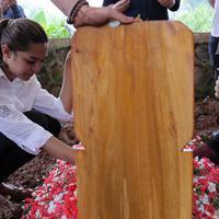 Suasana Pemakaman Ayahanda Millendaru (Deki Prayoga/bintang.com)