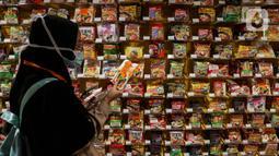Pengunjung melihat mi instan di salah satu store KKV, Central Park Mall, Jakarta, Jumat (8/1/2020). Store yang sengaja didesain instagrammable ini menawarkan ratusan merek mi instan dari dalam maupun luar negeri, seperti Singapura, Thailand, Korea Selatan, dan Jepang. (Liputan6.com/Johan Tallo)