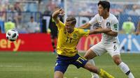 Pemain Swedia, Viktor Claesson (kiri) berebut bola dengan pemain Korea Selatan, Park Joo-ho pada laga grup E Piala Dunia 2018 di Nizhny Novgorod stadium, Nizhny Novgorod, Rusia, (18/6/2018). Swedia menang 1-0. (AP/Pavel Golovkin)