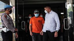 Pedangdut Ridho Rhoma berjalan untuk mengikuti rilis kasus narkoba di Polres Pelabuhan Tanjung Priok, Jakarta Utara, Senin (8/2/2021). Ridho Rhoma ditangkap Satuan Narkoba Polres Pelabuhan Tanjung Priok, Jakarta Utara pada Kamis, 4 Februari 2021 lalu. (Liputan6.com/Faizal Fanani)