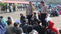 Tim Elang Cisadane Polres Metro Tangerang Kota mengamankan 243 remaja yang tengah mengadakan sahur on the road (SOTR). Mereka kedapatan membawa senjata tajam berbagai jenis (Liputan6.com/Pramitha)