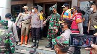 Kapolda Metro Jaya Irjen Pol Fadil Imran dan Pangdam Jaya Mayjen TNI Dudung Abdurachman meninjau posko pengungsian banjir di Jakarta Timur, Sabtu (20/2/2021). (Dokumentasi Polda Metro Jaya)