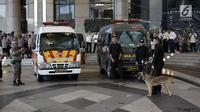 Petugas kepolisian mengerahkan ambulance dan anjing pelacak untuk mencari korban ambruknya Gedung BEI, Jakarta, Senin (15/1). Para korban dibawa ke rumah sakit RSAL Mintoharjo, RS MRCCC, RSPP Pertamina, dan RS Siloam Jakarta. (Liputan6.com/Arya Manggala)