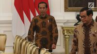 Presiden Joko Widodo memasuki ruangan untuk menerima kunjungan delegasi US Asean Business Council di Istana Merdeka, Selasa (13/3). Salah satu reformasi itu untuk meningkatkan ranking Kemudahan Berusaha. (Liputan6.con/Angga Yuniar)