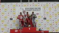 Pembalap AHRT, Awhin Sanjaya dan Irfan Ardiansyah, menempati posisi podium pertama dan kedua pada balapan kedua ARRC Suzuka kelas AP250, di Jepang, Minggu (30/6/2019). (Media AHRT)