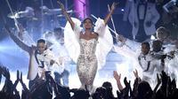 """Penampilan penyanyi Toni Braxton membawakan lagu """"Unbreak My Heart"""" selama American Music Awards 2019 Microsoft Theater di Los Angeles, California (24/11/2019). (AP Photo/Chris Pizzello)"""