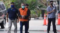 Mantan Sekretaris MA, Nurhadi (rompi oranye) berjalan akan menjalani pemeriksaan perdana pasca penahanan oleh penyidik di Gedung KPK, Jakarta, Rabu (10/06/2020). (merdeka.com/Dwi Narwoko)