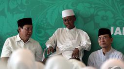 Wakil Ketua Majelis Syariah DPP PPP KH. Nur Iskandar S.Q (tengah) ikut hadir memperingati Milad mantan Ketua MPR Almarhum Taufiq Kemas di Kantor DPP PPP, Jakarta, Rabu (31/12/2014). (Liputan6.com/Faizal Fanani)