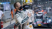 Sean Gelael mendapat pelukan dari rekan setimnya, Tom Blomqvist usai finis pertama pada seri ketiga Asian Le Mans Series 2021 di Sirkuit Yas Marina, Abu Dhabi, Jumat (19/02/2021). (Dokumentasi Team Jagonya Ayam)