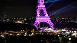 Menara Eiffel menampilkan cahaya warna pink sebagai tanda Bulan Kesadaran Kanker Payudara di Paris, Selasa (1/10/2019). Tiap tahunnya di bulan Oktober, ditetapkan sebagai bulan kewaspadaan kanker payudara. (Photo by STEPHANE DE SAKUTIN / AFP)