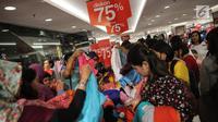 Calon pembeli memilih pakaian yang didiskon hingga 75% di Matahari Pasaraya Manggarai, Jakarta, Sabtu (16/9). Menjelang penutupan gerai, Matahari Pasaraya Manggarai melakukan cuci gudang untuk menghabiskan stok barang yang ada (Liputan6.com/Faizal Fanani)
