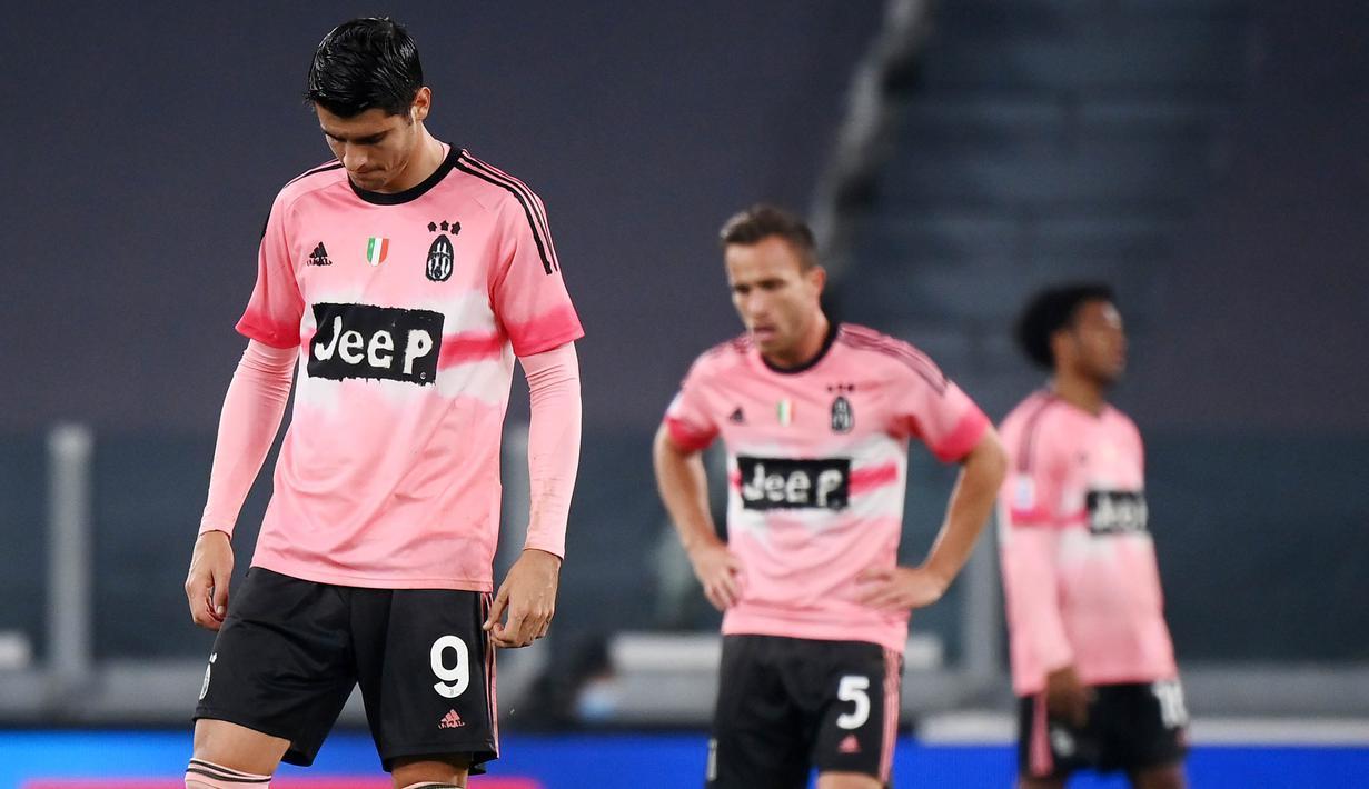 Striker Juventus, Alvaro Morata, tertunduk lesu usai ditahan imbang Verona pada laga Liga Italia di Stadion Allianz, Minggu (25/10/2020). Kedua tim bermain imbang 1-1. (AFP/Marco Bertorello)