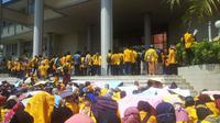 Kericuhan terjadi dalam demo menolak UKT di kampus Unsri yang rata-rata disuarakan mahasiswa tingkat akhir. (dok. istimewa)