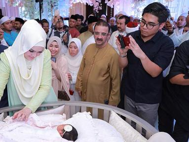 Penyanyi Siti Nurhaliza bersama anak pertamanya Siti Aafiyah saat acara akikah. Selain akikah, Siti Nurhaliza dan suami juga mengumumkan nama asli anak perempuan pertamanya tersebut. (instagram.com/ctdk)