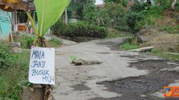 Jalan Raya Cipanas Galunggung, Desa Linggajati, Kecamatan Sukaratu,  Tasikmalaya yang rusak, ditanami pohon pisang sebagai bentuk protes warga.