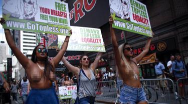 Sejumlah wanita berpartisipasi dalam parade GoTopless di Manhattan, New York City, Minggu (23/8/2015). Aksi tersebut menuntut persamaan hak untuk bertelanjang dada seperti pria. (Kena Betancur/Getty Images/AFP)