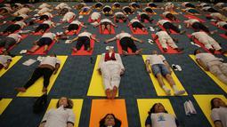 Para diplomat dari berbagai negara melakukan yoga bersama untuk memperingati Hari Yoga Internasional di New Delhi, India, Jumat (21/6/2019). Lebih dari 191 kedutaan besar dan konsulat India di seluruh dunia menyelenggarakan sesi yoga untuk memperingati Hari Yoga Internasional. (AP Photo/AltafQadri)