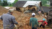 Tim SAR dibantu warga sekitar berusaha mencari orang yang tertimbun longsor di Dusun Cimapag, Desa Sirnaresmi, Kecamatan Cisolok, Sukabumi, Selasa (1/1). Longsor menerjang satu dusun jelang malam tahun baru pukul 17.00 WIB. (merdeka.com/Arie Basuki)