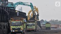 Aktivitas pekerja menggunakan alat berat saat menurunkan muatan batu bara di Pelabuhan KCN Marunda, Jakarta, Minggu (27/10/2019). Berdasarkan data ICE Newcastle, ekspor batu bara Indonesia menurun drastis mencapai 5,33 juta ton dibandingkan pekan sebelumnya 7,989 ton. (merdeka.com/Iqbal S Nugroho)