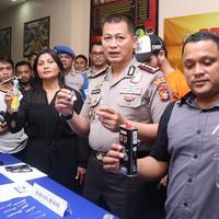 Dalam penggerebekan tersebut, polisi berhasil mengamankan satu paket sabu seberat 0,8 gram, 13 butir Dumolid, satu butir Camlet, dan satu puntung ganja sisa pakai. (Deki Prayoga/Bintang.com)