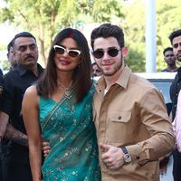Priyanka Chopra dan Nick Jonas meninggalkan Jodhpur, India, setelah melakukan prosesi pernikahan, 3 Desember 2018. (AFP/Asnida Riani)