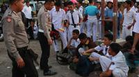 Polisi menginterogasi para pelajar yang terlibat tawuran di Jalan Perjuangan Kota Cirebon, Senin (17/9) sore sekitar pukul 17.00. (OKRI RIYANA/RADAR CIREBON)