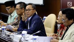Ketua MPR Zulkifli Hasan (tengah) didamping Wakil Ketua MPR Mahyudin, Hidayat Nur Wahid, EE Mangindaan, dan Oesman Sapta Odang saat rapat di Kompleks Parlemen, Jakarta, Rabu (21/3). Rapat membahas penambahan tiga Wakil Ketua MPR. (Liputan6.com/JohanTallo)