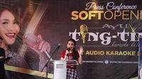 Penyanyi dangdut Ayu Ting Ting membuka tempat karaoke di kawasan Kelapa Gading, Jakarta Utara dan diberinama Ayu Ting Ting Karaoke Keluarga. (Adrian Putra/Bintang.com)