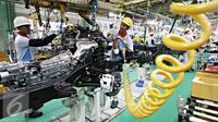 Sejumlah Pekerja menyelesaikan pembuatan mobil di pabrik Karawang 1 PT Toyota Motor Manufacturing Indonesia, Jawa Barat, Selasa (26/1). Untuk The All New Fortuner sendiri, kandungan lokal produk mencapai 75%. (Liputan6.com/Immanuel Antonius)