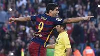 Penyerang Barcelona, Luis Suarez, merayakan gol ke gawang Villarreal pada laga di Camp Nou, Minggu (8/11/2015). (AFP PHOTO / Josep Lago)