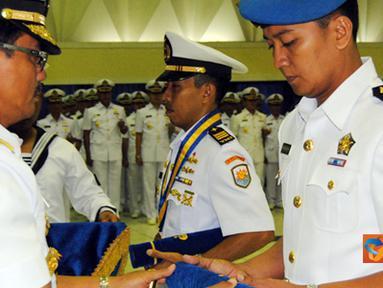 Citizen6, Surabaya: Dankobangdikal meyerahkan penghargaan kepada lulusan terbaik dari Program Pendidikan Pembekalan Matra (Dikbekmatra) TNI AL 2011. (Pengirim: Penkobangdikal)