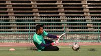 Kiper Timnas Indonesia U-22, Satria Tama, berusaha menangkap bola saat latihan di Stadion National Olympic, Phnom Penh, Sabtu (23/2). Latihan ini persiapan jelang laga semifinal Piala AFF U-22 melawan Vietnam. (Bola.com/Zulfirdaus Harahap)