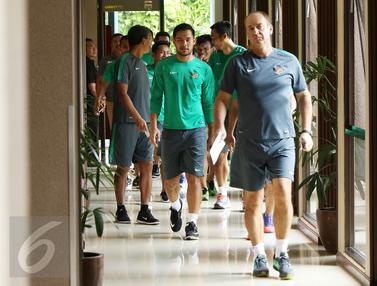 20161214-Usai Berlatih Ringan, Pemain Timnas Indonesia Dikawal-Bogor