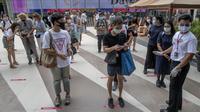 Pengunjung menjaga jarak fisik saat akan masuk mal mewah Siam Paragon di Bangkok, Thailand, Minggu (17/5/2020). Thailand mengizinkan toko serba ada, pusat perbelanjaan, dan bisnis lain kembali dibuka untuk menghidupkan kembali ekonomi yang rusak akibat pandemi COVID-19. (AP Photo/Gemunu Amarasinghe)