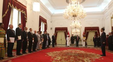 Presiden Joko Widodo menerima surat-surat kepercayaan 13 Duta Besar Luar Biasa dan Bekuasa Penuh (LBBP) negara sahabat untuk Indonesia di Istana Merdeka, Jakarta, Kamis (8/11). Jokowi didampingi Menlu, Seskab, dan Mensesneg. (Liputan6.com/Angga Yuniar)