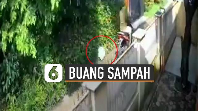 Aksi tidak terpuji dilakukan oleh seorang pengendara motor ini karena membuang sampah sembarangan di depan rumah orang.