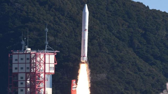 Roket Epsilon-4 diluncurkan dari pusat luar angkasa Uchinoura oleh Badan Eksplorasi Luar Angkasa Jepang (JAXA) di Prefektur Kaghoshima, 18 Januari 2019 (AFP)