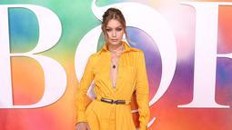 Model Gigi Hadid berpose di karpet merah gala Business of Fashion 500 (BOF 500) selama New York Fashion Week di Brooklyn City, 9 September 2018. Uniknya, Gigi percaya diri membawa tas kotak kaca berisi botol anggur merah. (NICHOLAS HUNT/GETTY IMAGES/AFP)