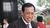 Dirjen Pajak Robert Pakpahan bersiap meninggalkan gedung KPK usai melakukan pertemuan, Jakarta, Rabu (31/1). Maksud kedatangannya adalah untuk berkoordinasi soal pencegahan terkait pajak perkebunan. (Liputan6.com/Herman Zakharia)