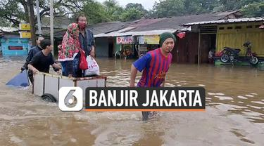 Aktivitas warga Jakarta terganggu akibat banjir yang melanda di sejumlah titik. Sabtu (20/2) pagi warga Kramat Jati berinisitif gunakan gerobak untuk terobos banjir.