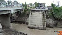 Citizen6, Yogyakarta: Kondisi Jembatan Pabelan setelah terkena lahar dingin, Jumat (1/4). Mengakibatkan jembatan terputus dan jalur satu pilarnya tergerus. (Pengirim: Eddie Sunaryo)