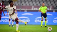 Gelandang AS Roma, Amadou Diawara mencetak gol ke gawang Torino pada pekan ke-37 Liga Italia di stadion Grande Torino di Turin, Rabu (29/7/2020). AS Roma berhasil mengalahkan tuan rumah Torino 3-2 meski sempat tertinggal lebih dulu. (Fabio Ferrari/LaPresse via AP)