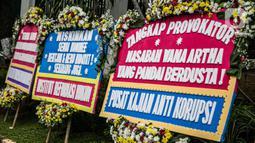 Karangan bunga berjejer di depan Gedung Kejaksaan Agung RI, Jakarta, Selasa (27/10/2020). Karangan bunga berasal dari korban terdampak kasus asuransi Jiwasraya yang mengharapkan kasus mega skandal itu bisa segera tuntas dan memberikan keadilan bagi mereka. (Liputan6.com/Faizal Fanani)